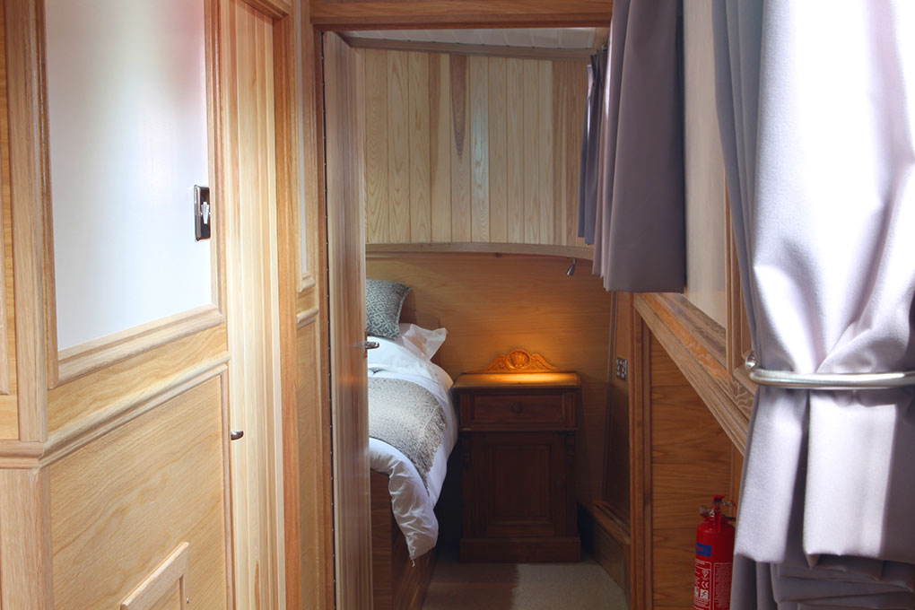 Neptune Barge Boat Builder - Corridor & Bedroom